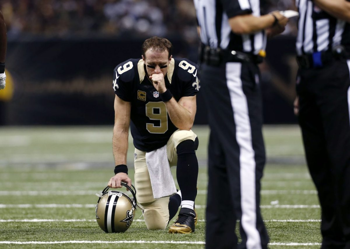 Drew Brees arrodillado. Foto: Associated Press